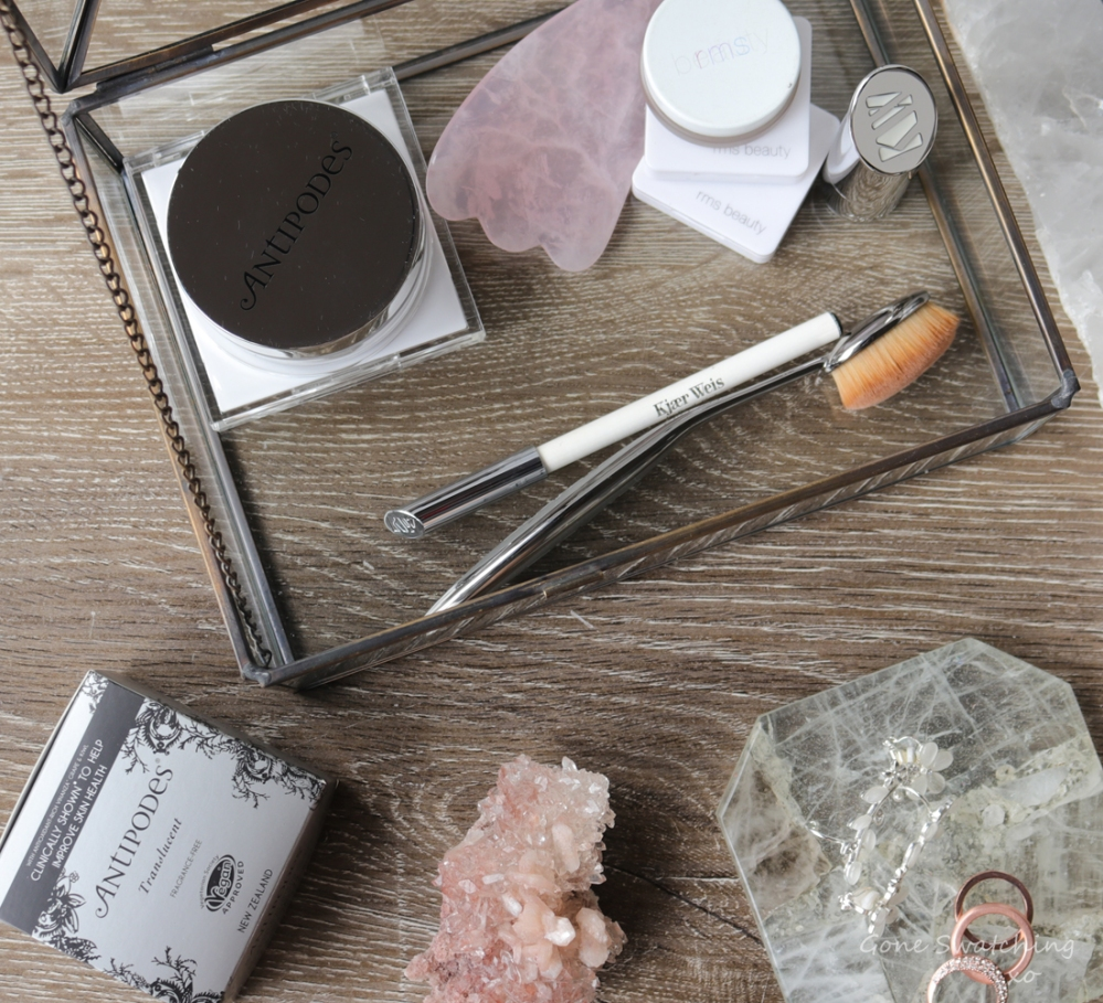 Antipodes Performance Plus Skin-Brightening Mineral Finishing Powder Review. Australian Green Beauty Blogger Gone Swatching xo